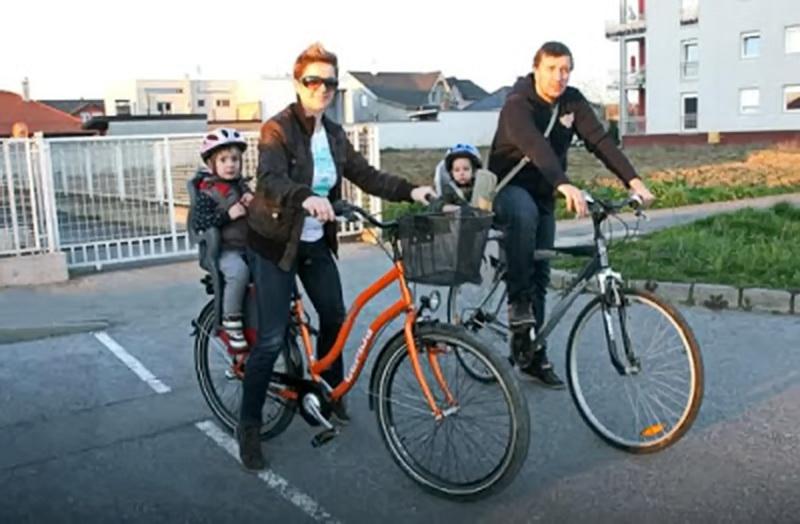 dijete-u-sjedalici-za-bicikl